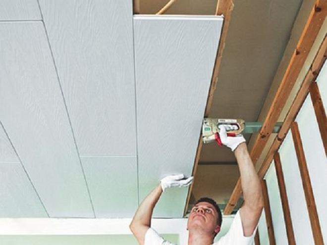 Потолок из пластикавместе с помощником
