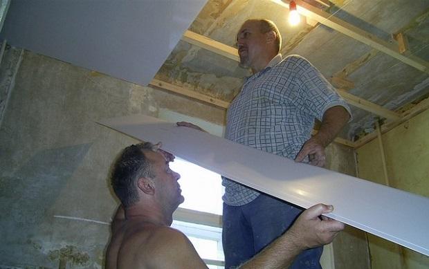 делать потолок из пластикавместе с помощником