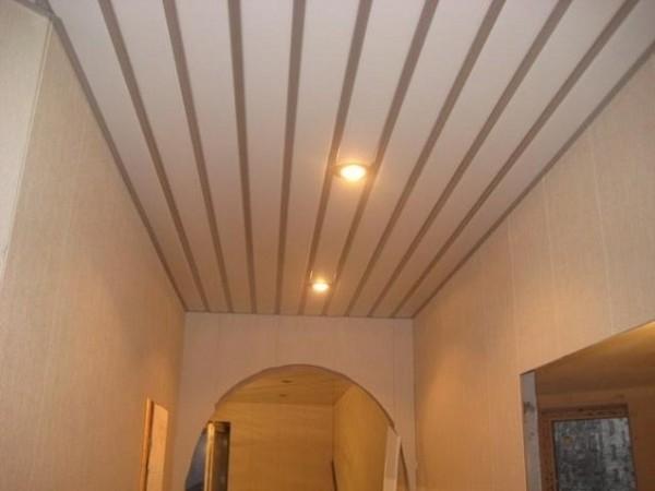 Потолок из пластика в коридоре